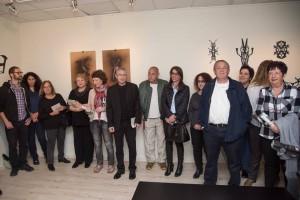 תושבים מבקרים בתערוכה